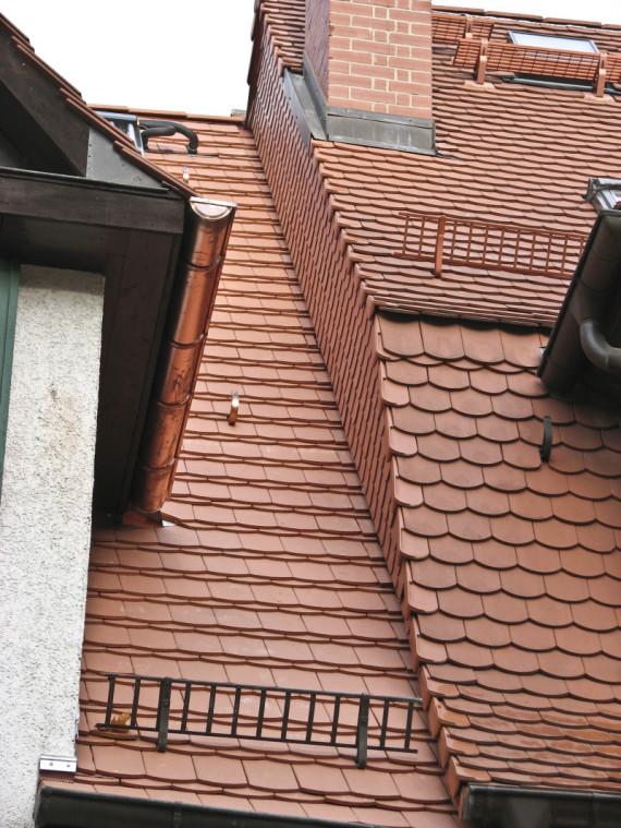 Dacheindeckung mit Biberziegeln.Dachrinnen aus Kupfer.